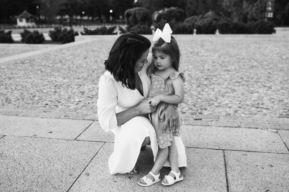 Black and white image of mother and daughter at the bottom of Lincoln Memorial